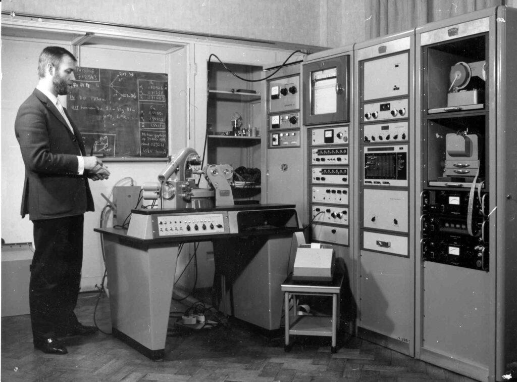 Albert Duisenberg met de AD3 diffractometer, de voorloper van de CAD3 (met pdp8 mini - vandaar de toegevoegde 'C'). De opname is gemaakt in het 'Kristalpaleis' aan de Catharijnesingel. De AD3 ging over naar Ton Spek  toen Ab overging naar een van de eerste CAD4's. De directe opvolger van de AD3 was de CAD3 die vooral als ontwikkelmachine werd gebruikt  door Jean Schoone