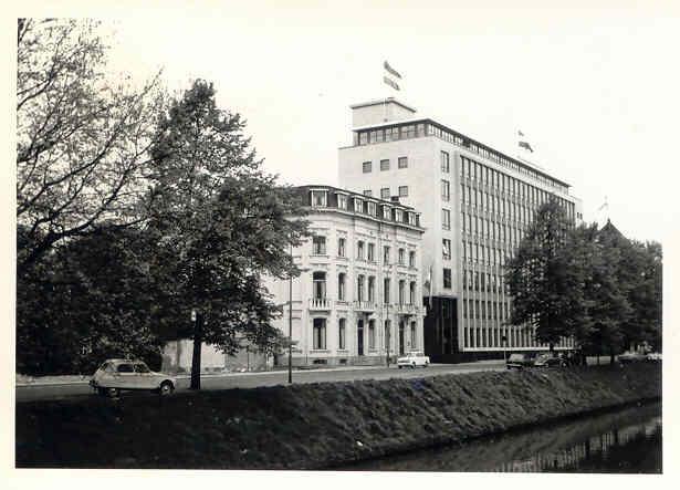 Het Laboratorium voor Kristalchemie (gebouw links), tevens woonhuis van Prof. Bijvoet,. Het pand is in 1973 afgebroken. (foto: B.P. van Eijck, 1968).